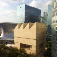 Billionaires at the head of great corporations even go until building Museums that surpass traditional institutional standards : here face to face Museos Soumaya and Jumex in Mexico City.