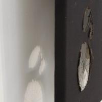 Melodrama Panorama, 2016. Técnica mixta: óleo, aerosol, ojalillos de metal sobre tela, seda con ojalillos de metal superpuesta, malla metálica, madera, plástico. Medidas variables. Cortesía de Big Sur, Buenos Aires.