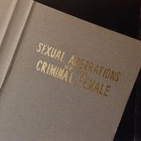Martin Sichetti. Sexual Aberrations of the Criminal Female, serie Stills, 2016. Dibujo-collage, lápiz, pastel y dorado a la hoja sobre papel. 18,5 x 34,5 cm.