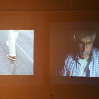Vista de exhibición (de izquierda a derecha): Francis Alÿs, Paradoja de la Praxis 1 (A veces hacer algo no lleva a nada), 1997; Mario García Torres, The Schlieren Plot, s/f. Cortesía de los artistas y MANIFESTO-espacio. Fotografía: MANIFESTO-espacio.
