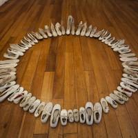 Walterio Iraheta, Mandala, 2007. Instalación con zapatos blancos [Installation with white shoes]. 150 cm de diámetro [150 cm Diameter]. Cortesía/ Courtesy: TEOR/éTica. Crédito de la foto/ Photo credit: Daniela Morales L.