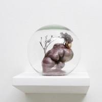 #B3, 2015. Masilla epoxi, insecto, esfera de vidrio y espuma y poliuretano. 25 x 23 x 25 cm. Cortesía de Big Sur, Buenos Aires.