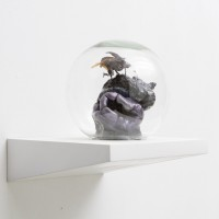 #B4, 2015. Masilla epoxi, insecto, esfera de vidrio y espuma y poliuretano. 25 x 23 x 25 cm. Cortesía de Big Sur, Buenos Aires.