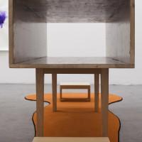 Sin título, 2016. Muebles y alfombra. 131 x 184 x 514 cm. Cortesía de Ruth Benzacar Galería de Arte, Buenos Aires.
