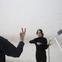 Andrea Chirinos en colaboración con María Isabel Arango, Los gestos muertos, 2016. Performance. Cortesía de la artista. Crédito de la foto: Laetitia Jeurissen.