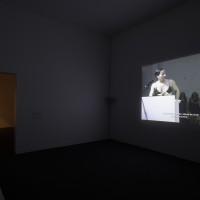 Vistas de la exposición Andrea Fraser. L'1%, c'est moi. Museo Universitario Arte Contemporáneo, MUAC/UNAM. Fotos Oliver Santana.