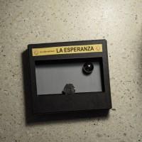 Pedacería, 2016. Piedra basáltica (montaña, valle, colina) y espejo de seguridad (sol). 3.20 x 0.36 x 0.57 m. Cortesía del artista y Galería La Esperanza. Crédito de la foto: PJ Rountree.