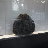 Pedacería (detalle), 2016. Piedra basáltica (montaña, valle, colina) y espejo de seguridad (sol). 3.20 x 0.36 x 0.57 m. Cortesía del artista y Galería La Esperanza. Crédito de la foto: PJ Rountree.