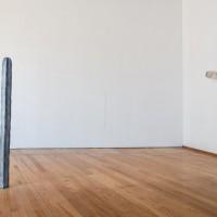 Vista de sala principal. A la izquierda: Katinka Bock, Smog, 2016. Bronce / bronze. A la derecha: Katinka Bock, Thomas, 2016. Cerámica / ceramic. Cortesía de Museo Experimental el Eco. Fotografía: Rodrigo Valero Puertas.
