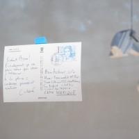 Vistas desde la ventana del patio del Eco (de izquierda a derecha): Boris Achour, Leftovers, 2016. Tarjeta postal / postcard; Boris Achour, News from Friends (André Caderé), 2016. Lámpara, poliestireno, cable / lamp, polystyrene, cable. Cortesía de Museo Experimental el Eco. Fotografía: Rodrigo Valero Puertas.
