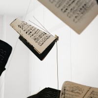 María Edwards, Verse IV - Puntos luminosos (detail), 2017. Installation of intervened music sheets, guitar pegs, bicycle spokes, steel rods and black thread. Variable measurements. Courtesy: Arróniz Arte Contemporáneo. Photo credit: Rodrigo Villanueva.