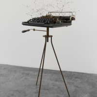María Edwards, Verse I, 2017. Intervened typewritter, and rusty steel tripod and rusty steel wire constellations. 102 x 50 x 37 cm (40 x 15.7 x 14.5 in). Courtesy: Arróniz Arte Contemporáneo. Photo credit: Otmar Osante.