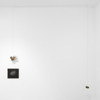 María Edwards, Verse III, 2017. Pitt pencil on felt paper drawing, rusty cuckoo clock machine, rusty can lled with nails, rusty steel wire and two eyebolts. Drawing: 33 x 39 cm (13 x 15.3 in); Clock machine: 17 x 23.5 x 15 cm (6.7 x 9.2 x 5.9 in); Can with nails: 5 x 11 x 11 cm (2 x 4.2 x 4.3 in). Courtesy: Arróniz Arte Contemporáneo. Photo credit: Otmar Osante.