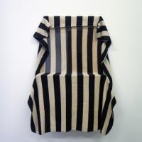 Hannah Black, Blank et (Etihad), 2016. Plexiglas, manta de aerolínea.