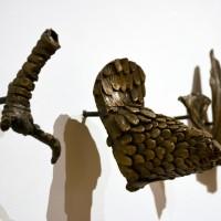 Aliento suspendido, 2016. 130 fragmentos de bronce. Dimensiones variables. Fotografía: Miriam Hernández. Cortesía de la artista y Museo de Arte Raúl Anguiano, Guadalajara.