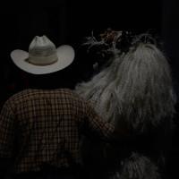 Paloma Contreras Lomas, Dos monstruos se abrazan en la muerteada, 2015. Fotografía.