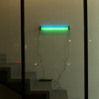 Gabriel Rico, Lampscape, 2010. Tubos de neón, cartulina de color, cinta aislante y transformador. Cortesía del artista. Fotografía: Ana Blanco