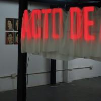 Vista de instalación: (al fondo) Majo Arrigoni, Sin título; (al frente) Noesasí, Acto de fe. Cortesía de La Ira de Dios, Buenos Aires.