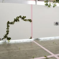 Detalle de instalación in situ: Hot Bitch I. Serigrafía en espejo. 60 x 33 cm (23.62 x 12.99 in). Cortesía de Anonymous Gallery, Ciudad de México. Foto: Tomás Pérez