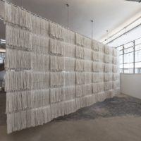 Kentucky (Biombo), 2017. Cleaning mops, thread, metal. 310 x 690 x 16 cm. Photo: Everton Ballardin. Courtesy of Pivô, São Paulo
