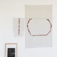 Francesco Pedraglio, La mosca y la historia de la cueva (Facts Are Fluid Series 02) [detalle], 2017. Dos relatos, barras de aluminio, plástico pintado a mano sobre bastidores. Cortesía del artista.