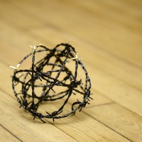 Tumbleweed #03, 2017. Floor Sculpture. Barbed Wire, Tar & Gold Leaf. Courtesy of the artist.