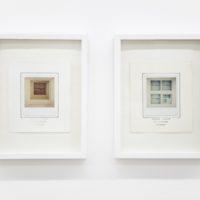 Vista de instalación: (izquierda) Natural. Polagramas. Fotografía Polaroid SX-70. 19 x 16,3 cm. Londres, 1978; (derecha) Artificial. Polagramas. Fotografía Polaroid SX-70. 19 x 16,3 cm. Londres, 1978. Cortesía de Abra Caracas. Fotografía: María Teresa Hamon