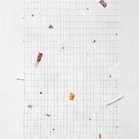Adolfo Bimer, 268: II, 2017. Reja de construcción, poliestireno, esponjas y plásticos. 240 x 148 cm. Cortesía del artista