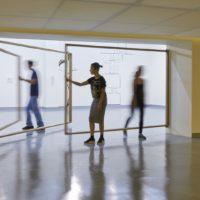 ¿Cómo desaparecer una puerta?, 2017. Escultura en madera y metal. Cortesía de Proyecto AMIL. Fotografía: Juan Pablo Murrugarra
