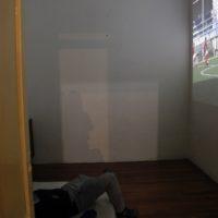 #golparatodostodoeltiempo (vista de exhibición), 2017. Niño metiendo un gol para solucionarles la pieza a dos artistas. 2.11 min. Cortesía y fotografía de los artistas