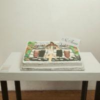 Que alegría comerme un pastelote y no tener que pagar las servilletas que utilizo para limpiarme la boca llena de huevo, azúcar y colores, 2017. Unicel, huevo, azúcar, colorante. 60 x 40 x 8 cm. Cortesía de los artistas. Fotografía: Ivo Loyola