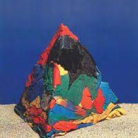 Jorge Eduardo Eielson, Pirámide di stracci, 1965. Pirámide de ropa de baño. 33 x 33 x 28 cm. Cortesía de Revolver Galería