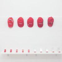 Gorras y accesorios por Mariana Murcia. Cortesía de la artista y Km 0.2