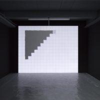 """Ignacio Uriarte, Black and white square monochrome, 2006. Video PAL en loop, 24"""". Dimensiones variables. Cortesía de PROYECTOSMONCLOVA. Foto: Rodrigo Viñas."""