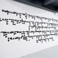 Marco Treviño, 27% (… de David Alfaro Siquieros), 2017. Tyvek negro sobre pared. Dimensiones variables. Cortesía de PROYECTOSMONCLOVA. Foto: Rodrigo Viñas.