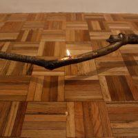 Ariel Schlesinger, A la distancia de un brazo, 2017. Bronce, aceite para lámparas, mecha de algodón. Medidas variables. Cortesía del artista. Fotografía de Sala de Arte Público Siqueiros.