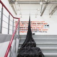 Berke Gold, Nueva arquitectura religiosa, 2017. Tela, perlas de plástico, cadena de metal, estrella. Cortesía: Local 21. Espacios Alternativos de Arte. Foto: Hernán Cortés.