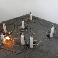 Ariel Schlesinger, Sin título (Máquinas de burbujas), 2017. Mecanismos electrónicos, jabón, parrillas con electricidad de alto voltaje, tanques. Medidas variables. Cortesía del artista. Fotografía de Sala de Arte Público Siqueiros.