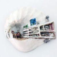 Guzmán Paz, Sin título. Masilla epoxi, yeso tallado, pintado con óleo y barnizado. 17 x 16 x 2 cm. Imagen cortesía de María Casado Home Gallery