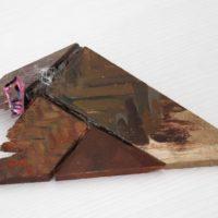 Guzmán Paz, Sin título. Masilla epoxi, óleo, madera. 17 x 10 x 3 cm. Imagen cortesía de María Casado Home Gallery