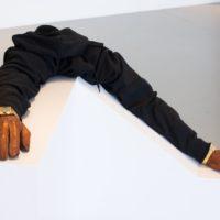 Edgar Cobián, 1/86400, 2017. Guantes de piel, sudadera, reloj analógico, reloj digital, resina y base de madera. 60 x 80 x 80 cm. Imagen cortesía del Museo de Arte de Zapopan. Fotografía por Maj Lindstrom.