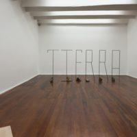 Vista de instalación, Segundo piso con Samuel Lasso (de izquierda a derecha): La Llanada; S/T (fotografía); Declaración; S/T (dibujo). Cortesía: Sketch
