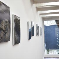 Vista de instalación, Segundo piso con Samuel Lasso: Serie de fotografías (S/T). Cortesía: Sketch