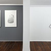 Vista de instalación, Tercero piso con Samuel Lasso (de izquierda a derecha): S/T (Dibujo, díptico); S/T, esculptura. Cortesía: Sketch