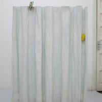 Abandoned Window, 2017. Fibra de vidrio, cerámica, terracota y acero. 152 x 106 x 24 cm. Cortesía: Guillaume Leblon y Travesía Cuatro. Foto: Álvaro Arguelles
