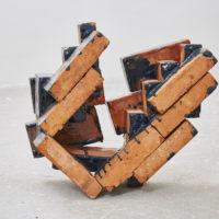 Gwladys Alonzo, Circulación I, 2017, Ladrillo de barro, esmalte, pigmento, 52 × 30 × 55 cm, Photo: Sergio López, Courtesy: El cuarto de máquinas.
