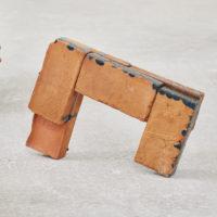 Gwladys Alonzo, Circulación III, 2017, Ladrillo de barro, esmalte, pigmento, 37 × 54 × 11 cm, Photo: Sergio López, Courtesy: El cuarto de máquinas.