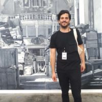El artista Diego Martínez en frente de su obra co-realizada con Josefina Guilisasti y Francisco Uzabeaga (Galería Isabel Aninat, Santiago, Chile)
