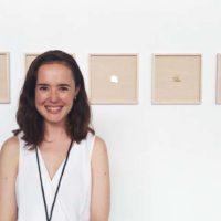 Georgina Arozarena en frente de la obra de Fritzia Irízar (Aredondo/Arozarena, Ciudad de México)