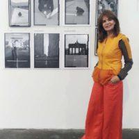 La galerista Isabel Aninat (Santiago, Chile), con la obra de Lotty Rosenfeld